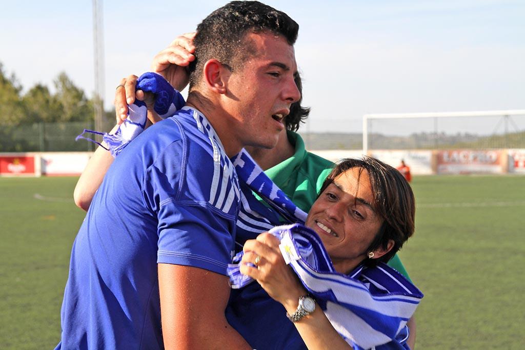 El goleador es abrazado por una aficionada cuando era jugador del San Rafael.