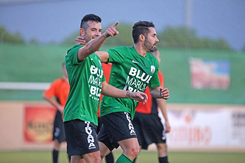 El goleador celebra un gol con el Sant Jordi la temporada pasada.