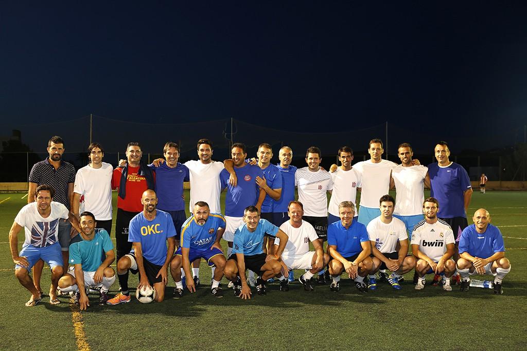 Los jugadores posan antes del partido para Fútbol Pitiuso.
