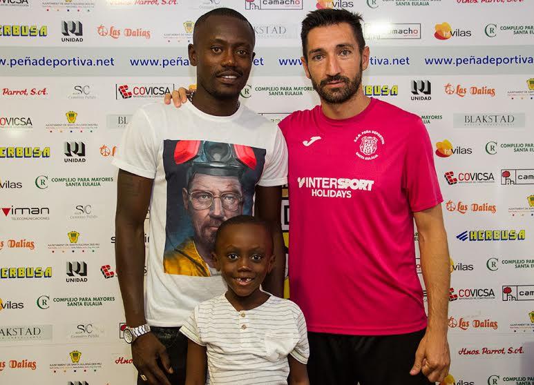 El extremo posa con su hijo y con el director deportivo de la Peña, Raúl Casañ, en las oficians del club.