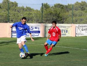 Fofi, jugador del San Rafael, intenta marcharse de un defensa del Collerense en un partido de la pasada temporada.