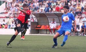 Maikel, jugador del Formentera, remata un balón durante un partido de la pasada temporada.