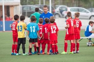 El equipo escucha las instrucciones de su entrenador, David Marín.