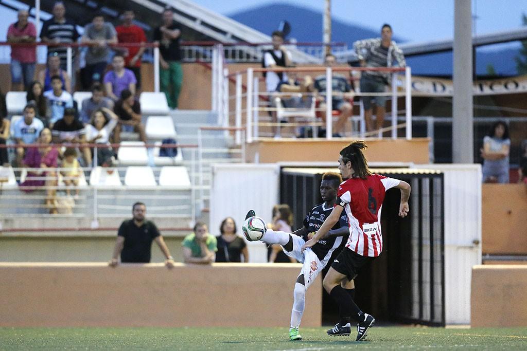 Iván García presiona a Moha en un lance del partido.
