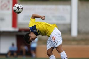 Desplazamiento del balón con la espalda de un jugador de la Peña.
