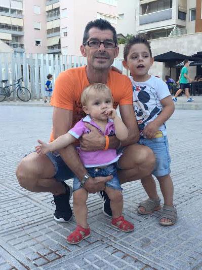 El exjugador del Ibiza posa con sus hijos en un parque de Vila.