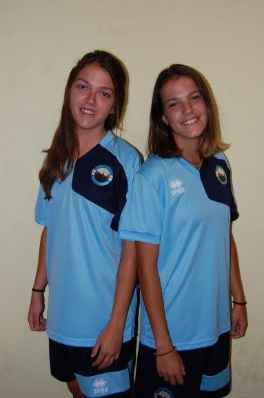 Laura (i) y Nieves posan con la camiseta de su nuevo club.