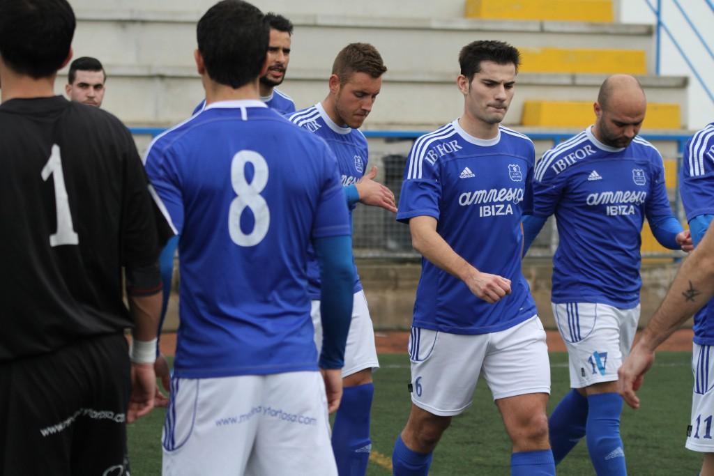 El centrocampista, de frente junto a su compañero de equipo David de Pablos