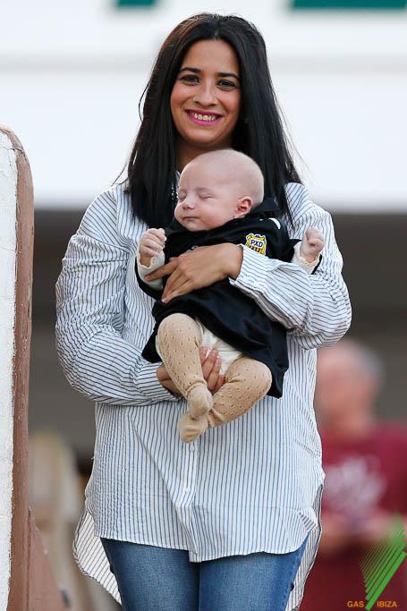 La mujer del jugador de la Peña Camps, una madre muy feliz.