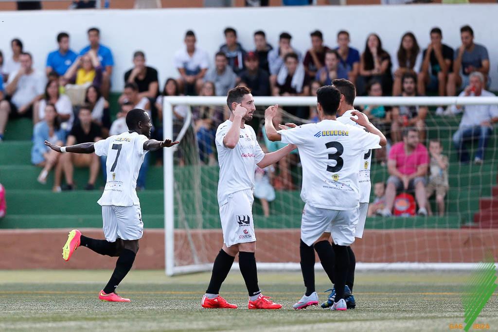 El equipo blanco celebra un gol ante el San Rafael.