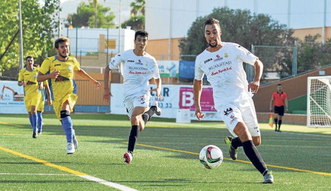 El delantero peñista ´Rubo´, en el encuentro que su equipo jugó contra el Mercadal hace una semana y en el que marcó un gol. SERGIO G. CAÑIZARES