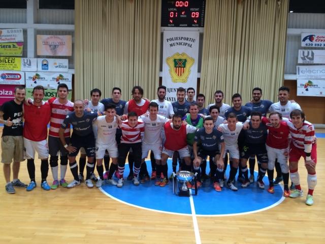 Los jugadores de la Peña FS y Palma Futsal posan una vez finalizado el partido. Fotos: Palma Futsal