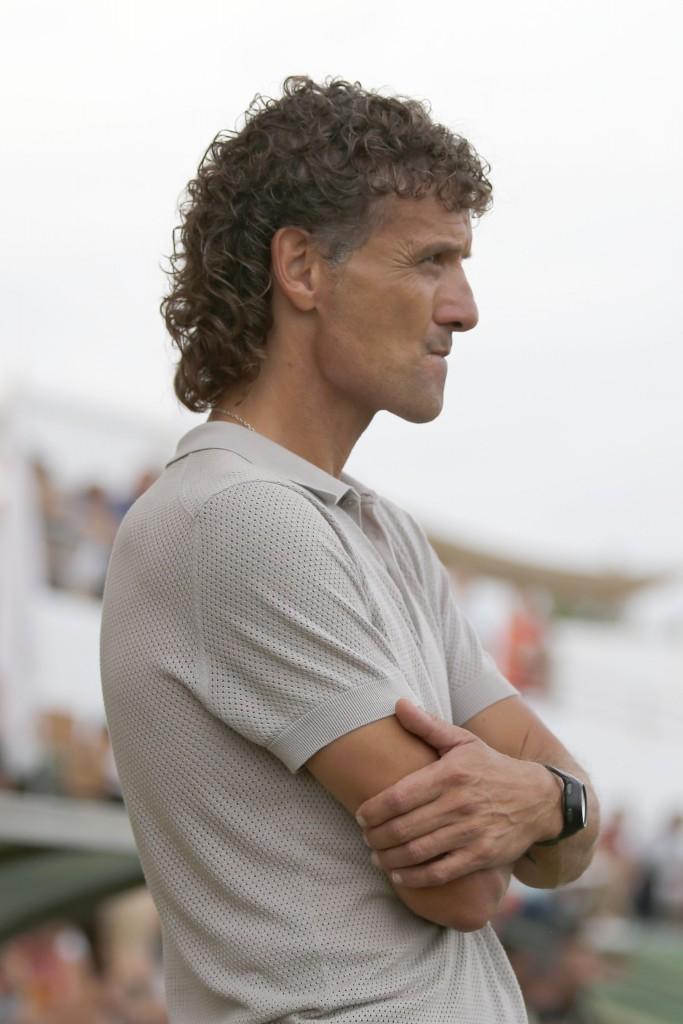 El técnico ilerdense observa el juego de sus jugadores desde la banda.