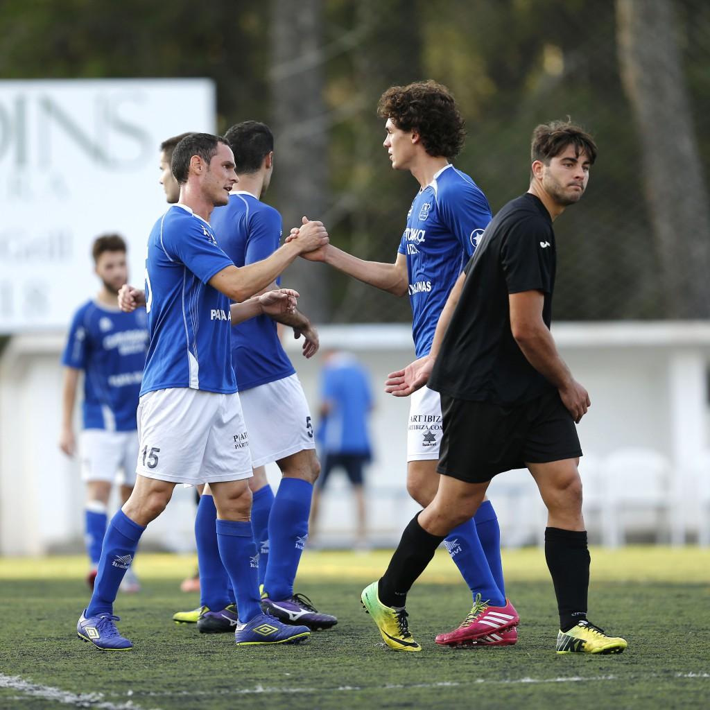 El equipo de Vicente Román jugó con nueve jugadores los últimos minutos del partido.