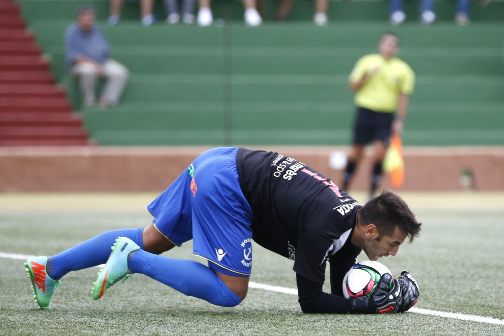 Marcos Contreras, portero del Formentera, atrapa un balón en un partido de Liga.