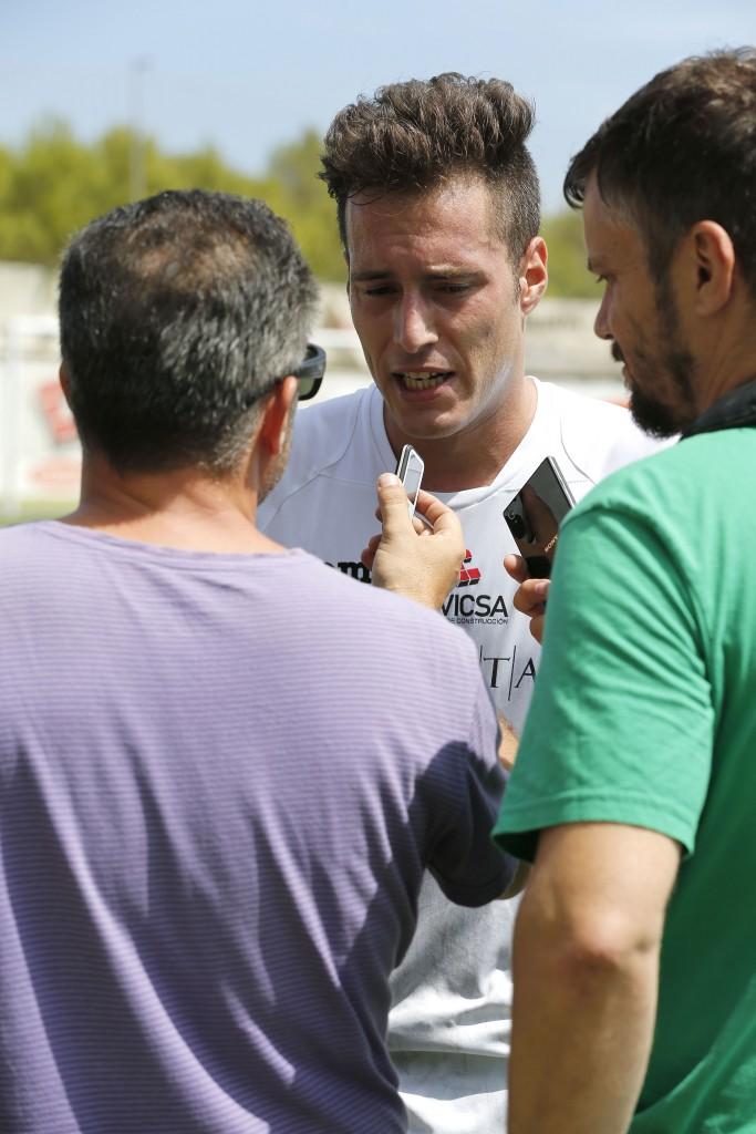 El goleador de la Peña es entrevistado después de un partido.