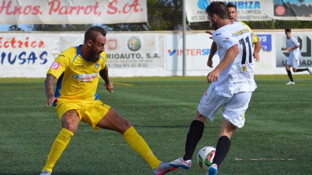 Juan Vich defiende un balón en el partido de ida (Foto: Fútbol Balear).