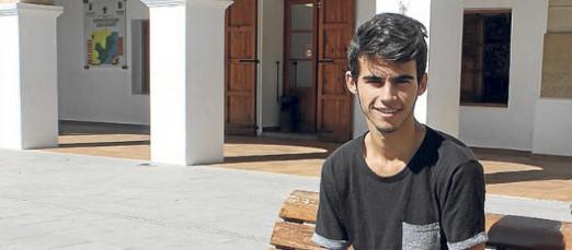 El joven futbolista posa para la entrevista publicada hoy en Diario de Ibiza.