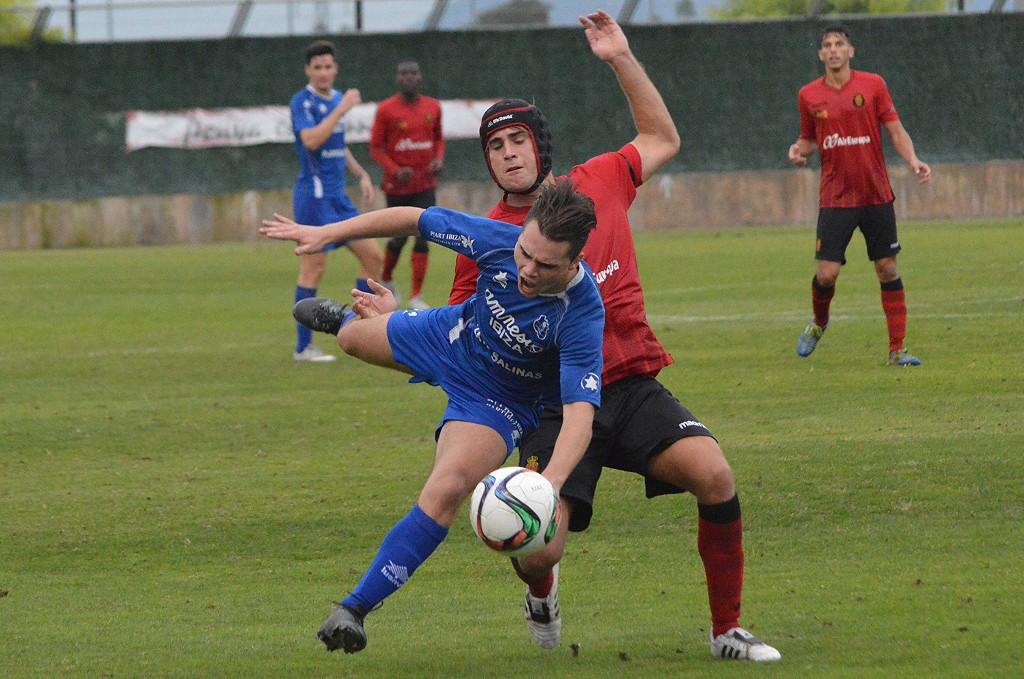 Cristian Cruz es objeto de una entrada en un lance del partido (Foto: Fútbol Balear).