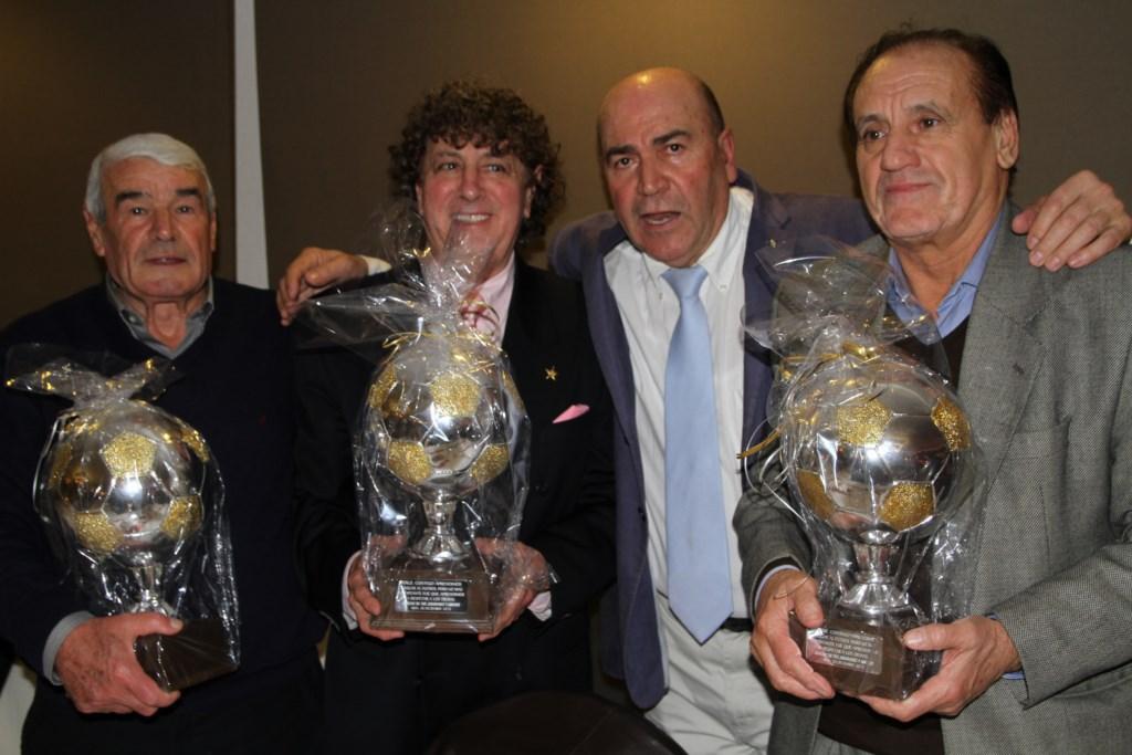 El exentrenador (d), recibió de manos de Labi un homenaje durante una gala de entrenadores celebrada en Ibiza.