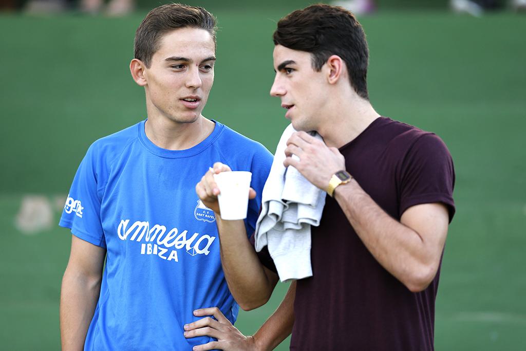 Juli (i) dialoga con el jugador de la Peña Álex López.