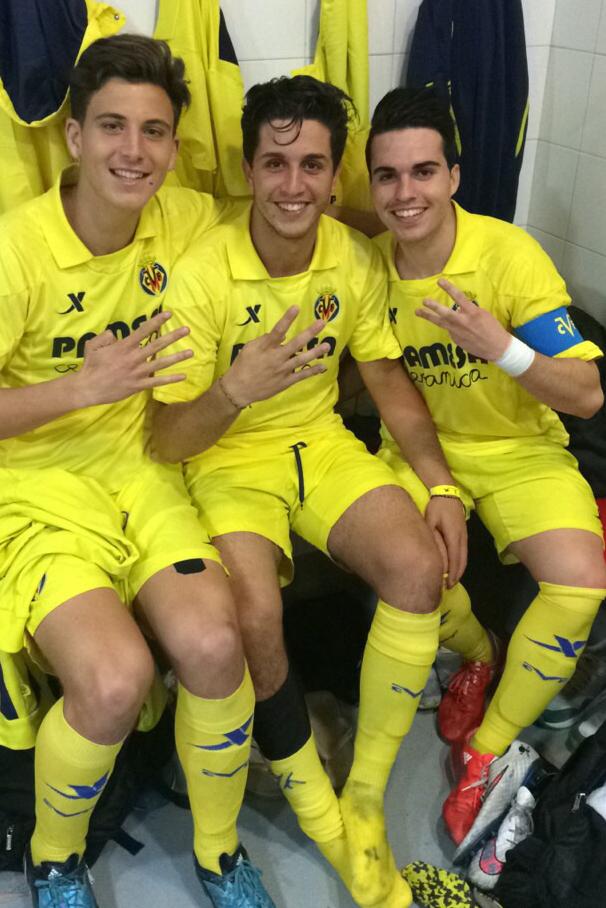 Manu Sena (d), junto a dos compañeros del juvenil A del Villarreal.