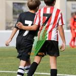 Iñaki Valencia y la fisio del equipo se miran con complicidad.