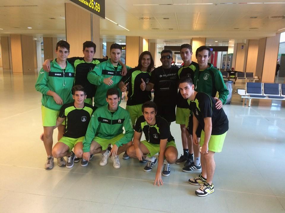 Algunos jugadores del Sant Jordi posan en el aeropuerto de Ibiza (Foto: Sant Jordi).
