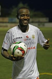 El jugador senegalés se quedó el balón como recuerdo al finalizar el partido.