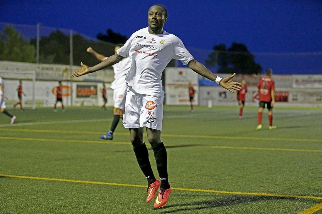 El extremo peñista celebra con rabia el gol que dio la merecida victoria a la Peña Deportiva.