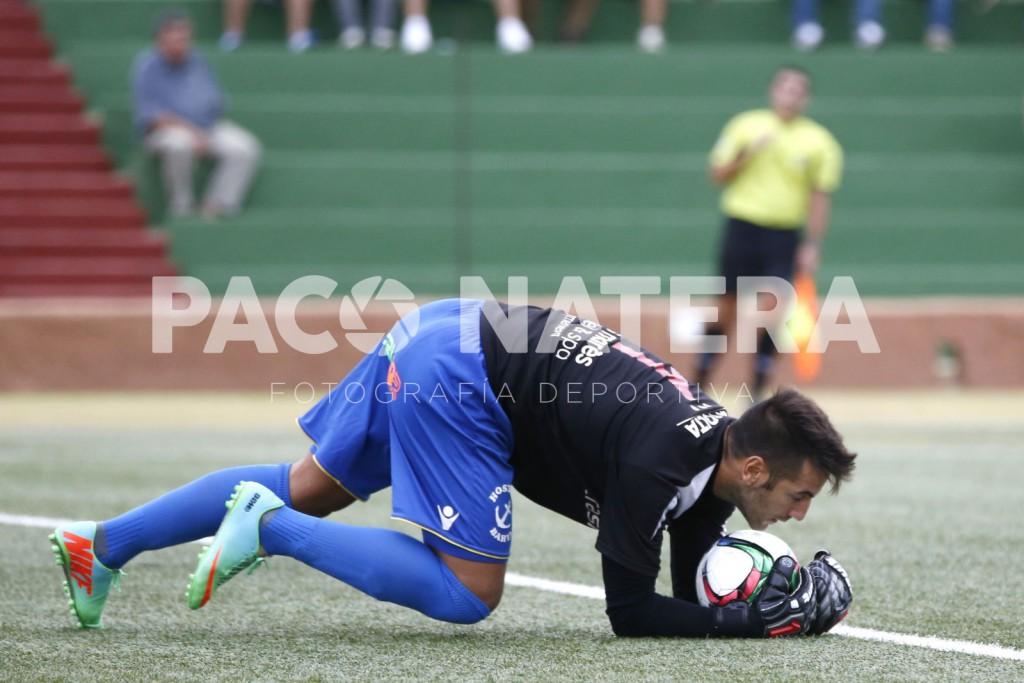 El portero del Formentera para un balón en un partido de esta temporada.