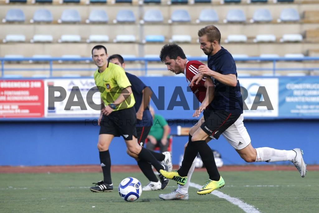 Carlos Vega conduce el balón ante la presión de un rival en el partido de la primera vuelta.