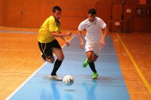 Toni Rosselló intenta marcharse de un contrario durante el partido ante el Salou. Fotos: C. V.