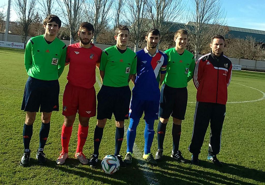 Trío arbitral y capitanes de Baleares y La Rioja sub-16 (Foto: Fútbol Balear).