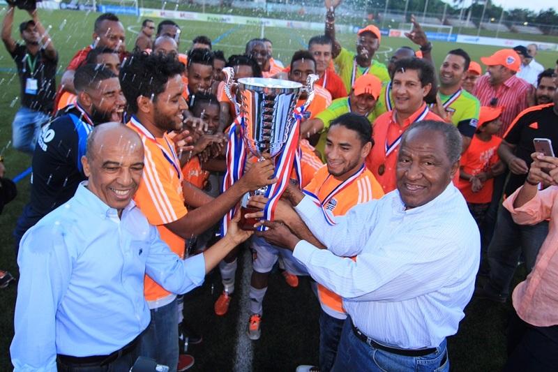 Momento en el que responsables del club levantan el trofeo (Foto: cibaocf.com).