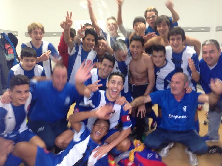 El equipo cadete de la Penya Blanc i Blava celebra la Copa.