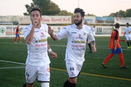 El héroe del partido celebra el 4-0 junto a Juanma (Foto. C. V.)