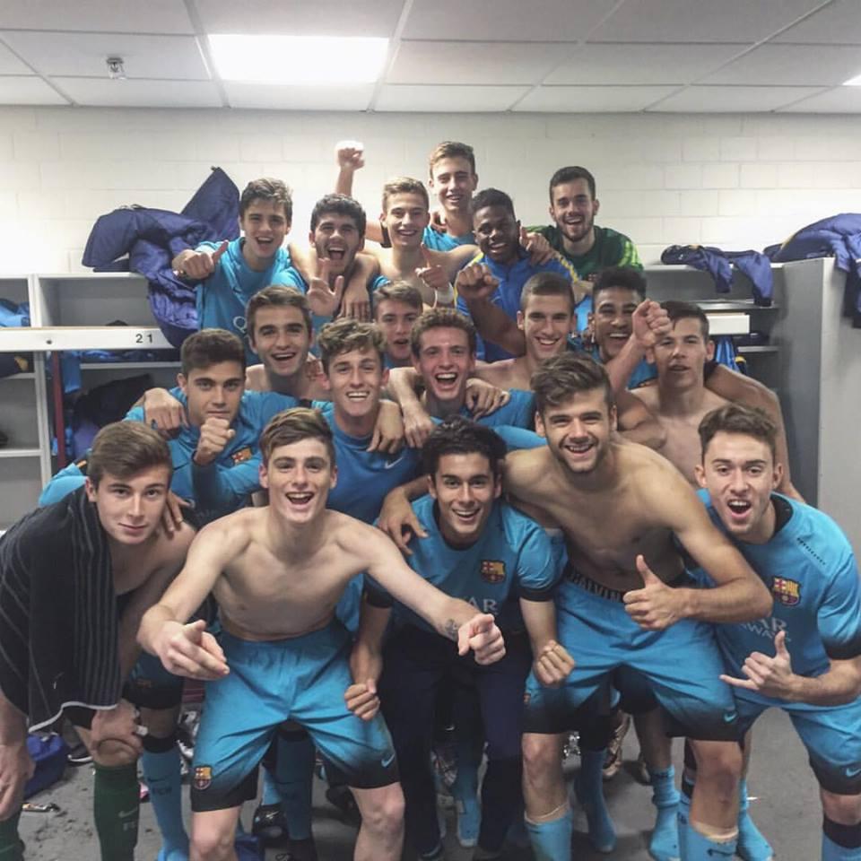 El equipo azulgrana festeja el pase en el vestuario una vez concluido el partido de Leverkusen. Jordi Tur feliz y contento en el centro del grupo.
