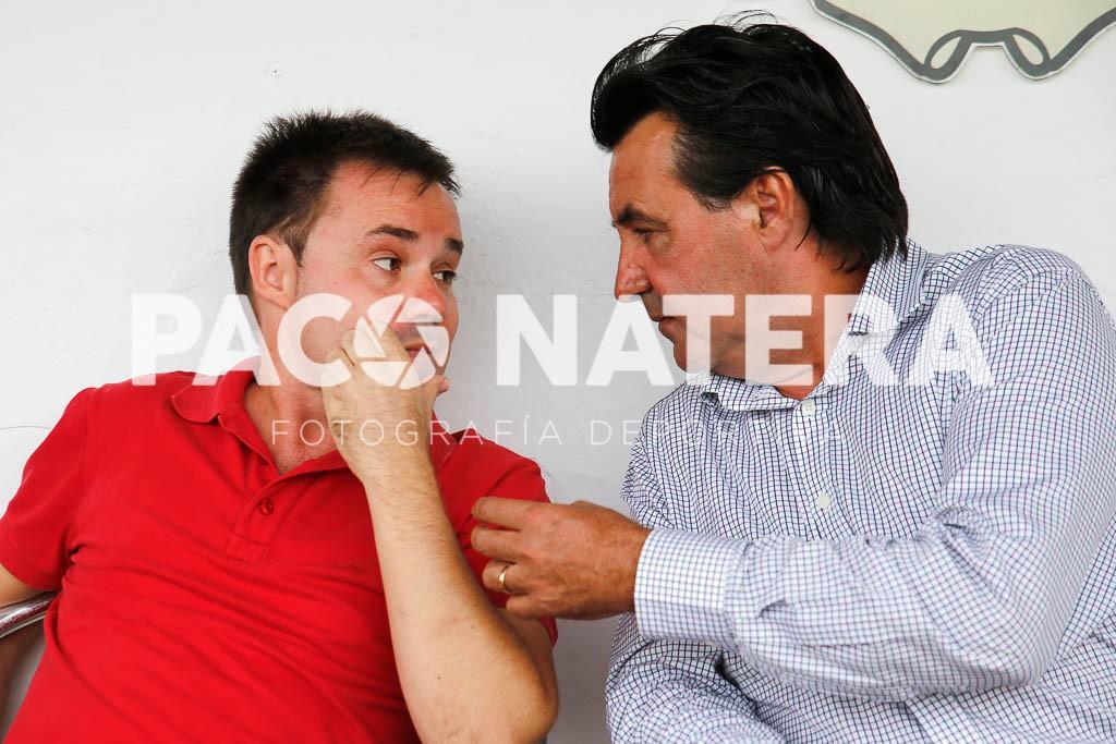 El presidente del Formentera (i) dialoga con su homónimo de la Peña, Juanito Dalias, durante un derbi.