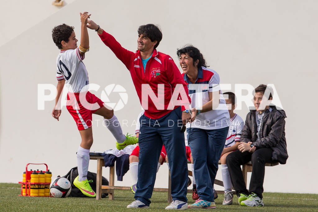 Un jugador del Insular celebra uno de los goles con el entrenador.
