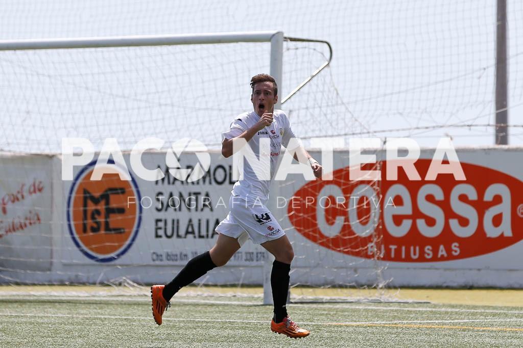 El delantero de la Peña celebra un gol.