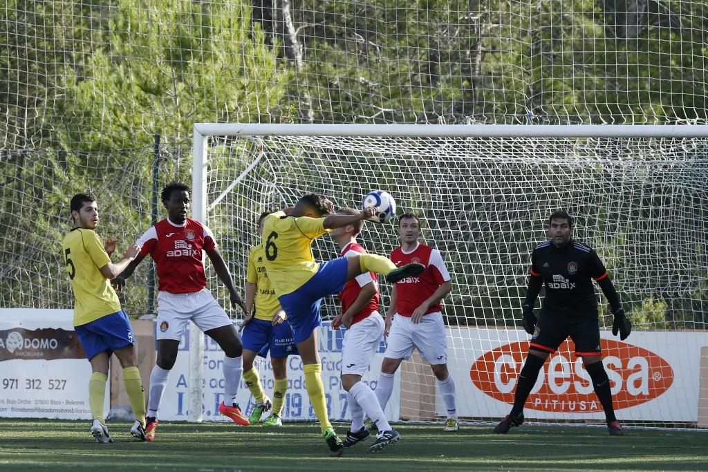 Un lance del partido entre el San Rafael B y el CD Ibiza de la primera vuelta.