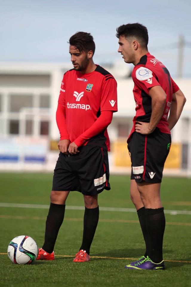 Cristian Terán y Alberto Górriz se preparan para lanzar una falta durante el partido de la jornada pasada (Foto: KCC Photography).