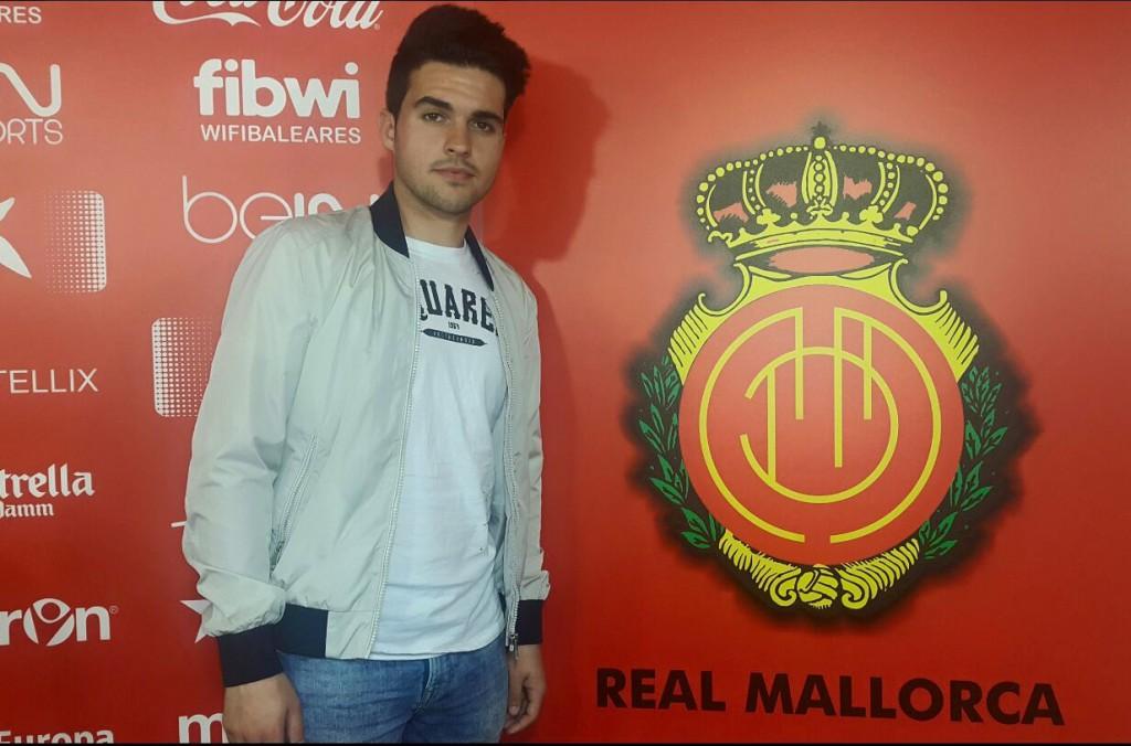 El joven extremo izquierdo pasa junto al escudo del Mallorca.