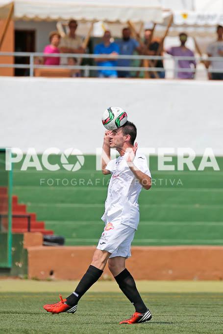 Rubén Martínez cabecea un balón.