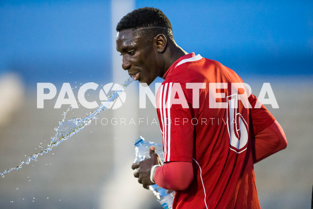 El jugador de la UD Ibiza Mansour escupe agua.