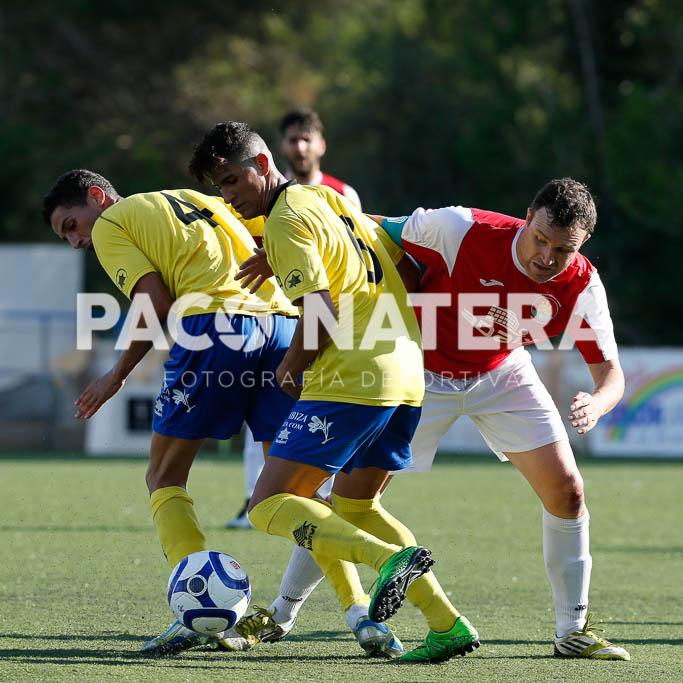 Salazar y Juanpa disputan un balón durante el partido de la primera vuelta.