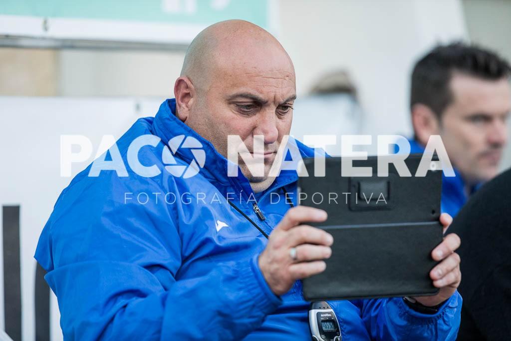 Vidal García graba el partido desde el banquillo del San Rafael con una tablet.