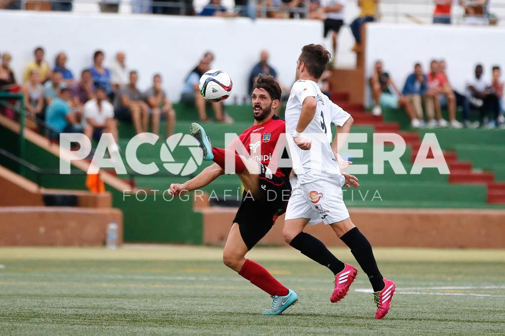El jugador del Formentera Maikel intenta controlar un balón.