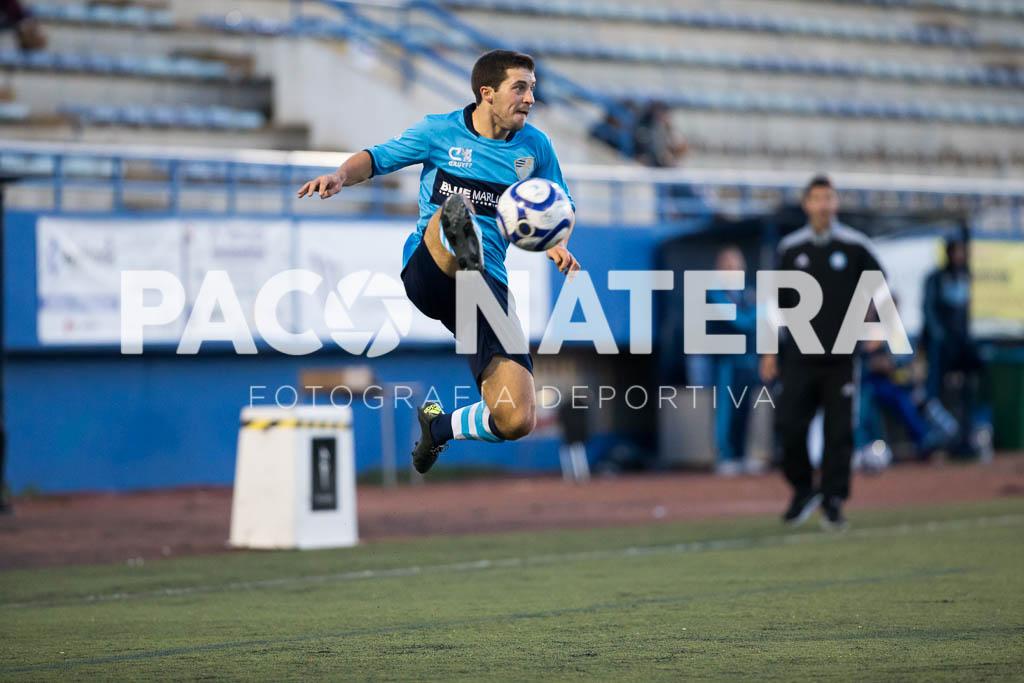 Pancho controla el balón en el aire en un lance del partido.